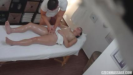 Наглый массажист совратил клиентку мастурбацией киски и насадил на член