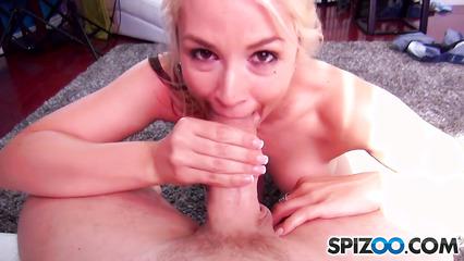 Симпатичная блондинка заглатывает массивный пенис пошлого хахаля