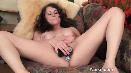 Откровенная телка дрочит вагину дилдо пока у нее в заднице анальная пробка