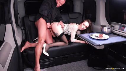 Симпатичная ассистентка страстно трахается с пошлым начальником в лимузине