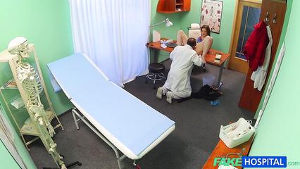 Врач возбудился осматривая пациентку и трахнул ее в кабинете