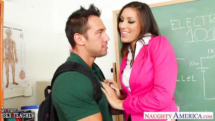 Студент раскрутил на секс красивую преподавательницу