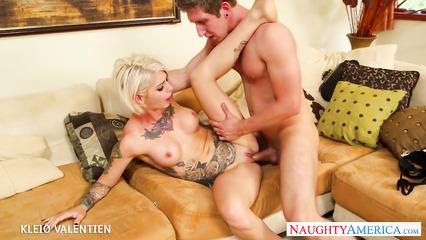 Похотливый парень страстно трахает татуированную блонду в побритую киску