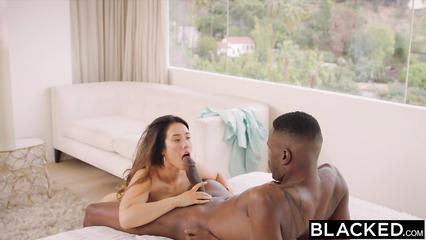 Привлекательная девушка сосет здоровенный пенис чёрного парня