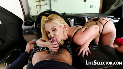 Сексапильная блондинка отсасывает похотливому парню в машине