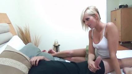 Симпатичная блондинка дрочит наглому парню и дает себя трахать в киску
