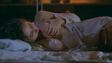 Сексапильная бестия поливает себя спермой из использованного презерватива