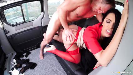 Русская куколка в красных чулках вместо оплаты за такси отдалась водителю
