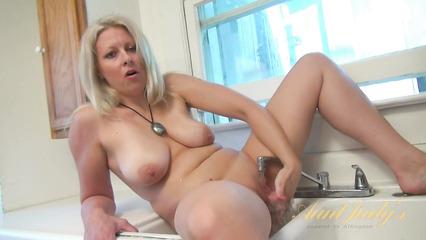 Аппетитная зрелая блондинка мастурбирует на кухне