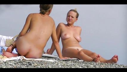 Потрепанные нудистки светят на пляже письками и висячими титьками