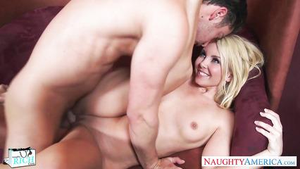 Сексуальная блондинка совокупилась с брюнетом на диване