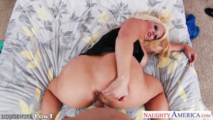 Зрелая блондинка с большой грудью трахается раком перед камерой
