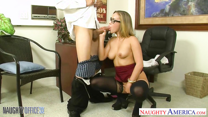 Красивая секретарша отсасывает член у боса и трахается на столе