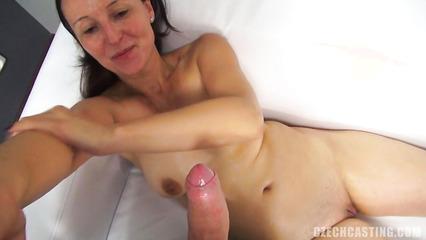 Зрелая мадам на порно кастинге сосет член и трахает перед камерой