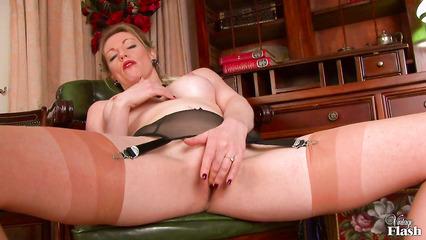 Худая красотка в белье мастурбирует свою влажную киску перед камерой