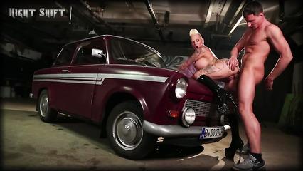 Возле старого авто мощно ебут татуированную шалаву
