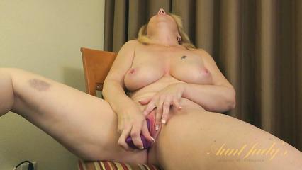 Зрелая блондинка мастурбирует влагалищную дырку