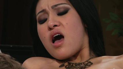 Сексуальная азиатская девушка получила удовольствие