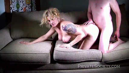 Зрелой блондинке паренек вылизал киску и трахает ее на диване