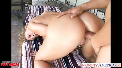 Блондинка с натуральной грудью отсасывает член и заставляет парня лизать киску