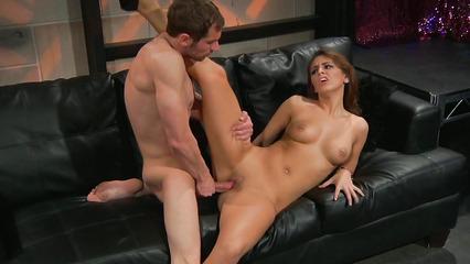 Девка с красивым нижнем бельем отсасывает член и получает удовольствие от секса